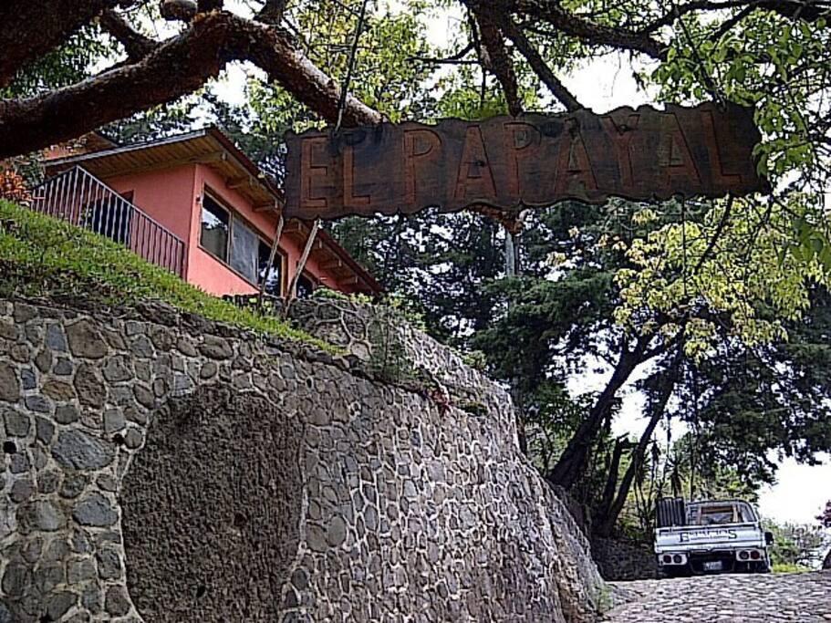 Area de parqueo superior se debe tener cuidado al salir por la ubicacion y declive