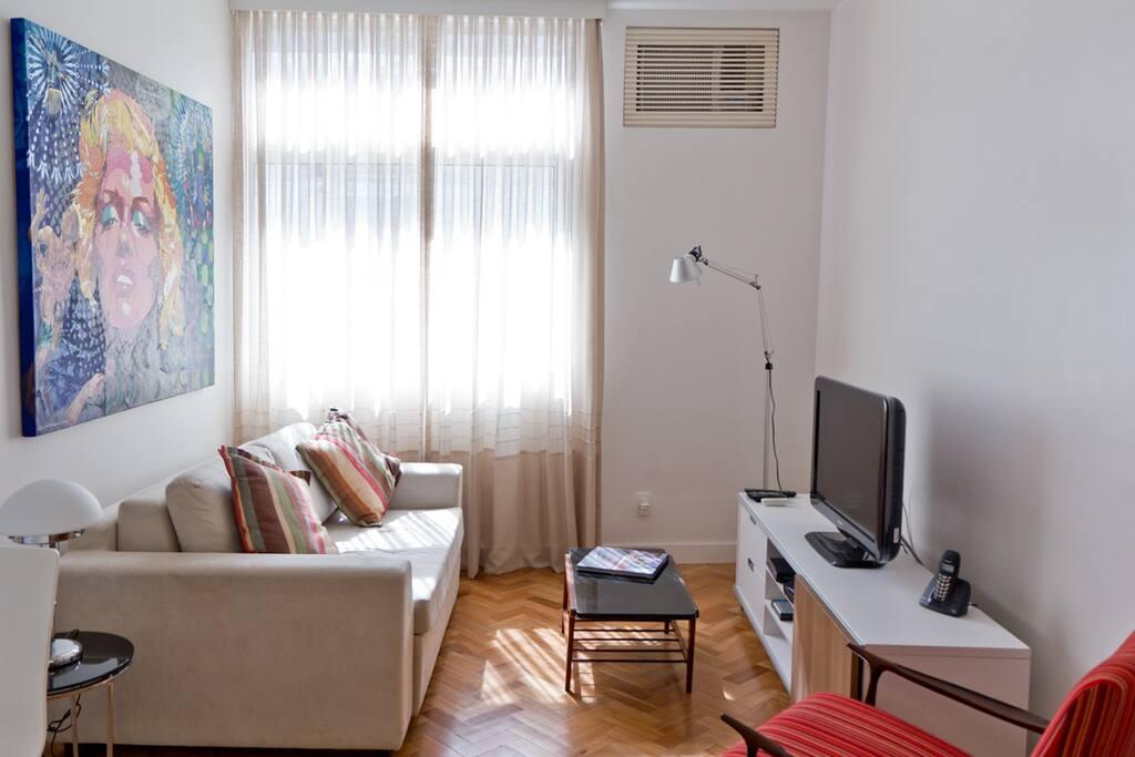 Sala, com sofá cama, tv de plasma, internet wi-fi, ar condicionado, telefone, TV a cabo e som.