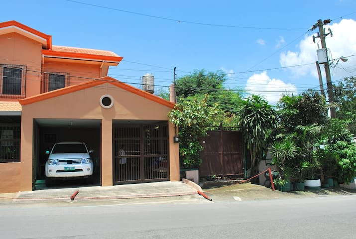 2 storey mediteranian inspired home - Antipolo - Bed & Breakfast
