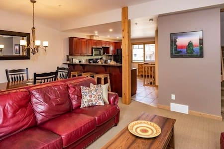 Ski-in townhouse - easy walking distance to lifts!