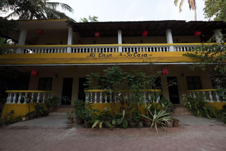 OYO Discounted! Cozy 1BR Stay near Anjuna Beach (1.2 km)