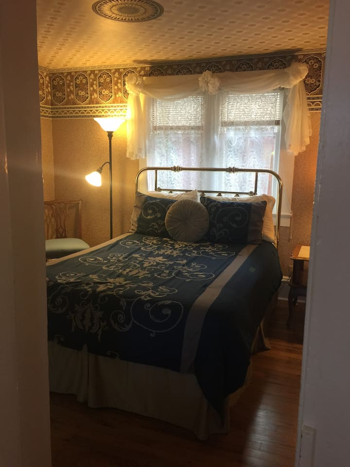 Bedroom with queen bed, private entrance and porch, 1 bathroom, mini kitchen, living room/dining room plus daybed