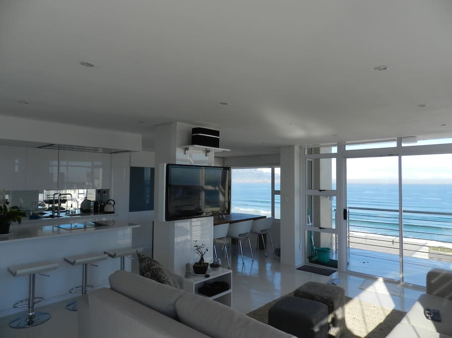 Breathtaking views from every angle in the apartment. Full kitchen with washer, dryer and dishwasher, microwave, purified water system,oven, stove and everything you will need to feel comfortable.