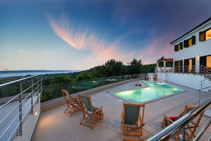Spectacular Panoramic View Villa Lubey