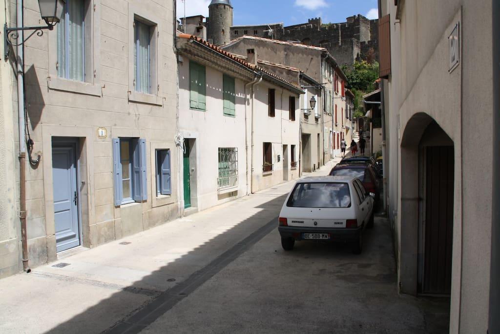 Dans une petite rue calme avec accès direct à la cité. Parking assuré dans le voisinage.