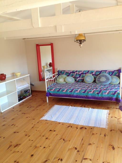 Dejlig stor stue i Mormors Kolonihavehus' mangefarvede stil