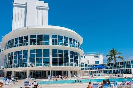 Beachfront- Direct Ocean View Condo - マイアミビーチ - アパート