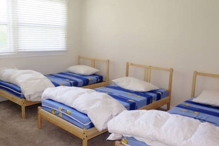 PRIVATE ROOM - 3 BEDS + FREE WIFI - Epping