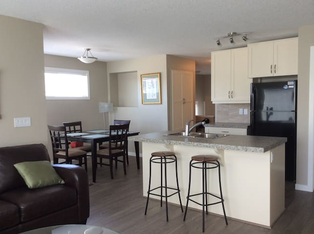 Executive 2BR, 2Bath Spacious Home, Upper Unit A - Regina - House