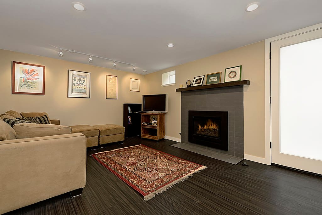 Living room with gas heating fireplace and large comfy couch. Fast WiFi and cable TV included, as well as DVD player and Xbox 360.