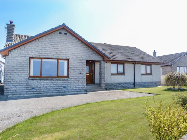5 GOLFVIEW DRIVE, pet friendly, with a garden in Buckie, Ref 951169