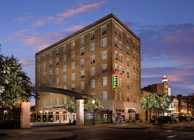 1 Queen & 1 Queen Suite at The LaSalle Hotel