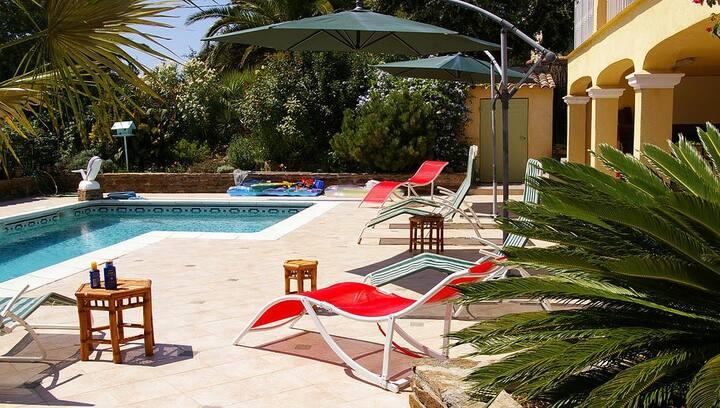 Logement avec piscine chauffée et terrasse