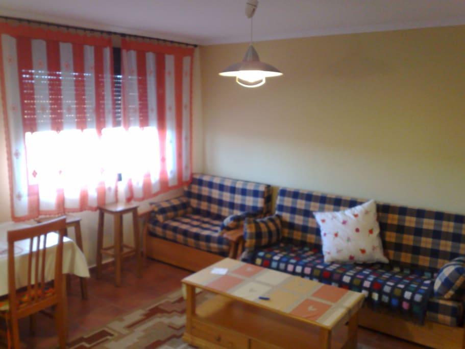 salon cocina con dos sofas camas
