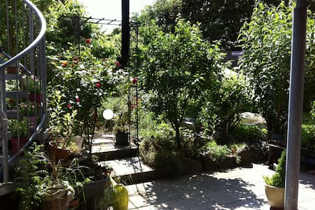 Kleine FeWo mit bezauberndem Garten, Stadtrand - Landau in der Pfalz