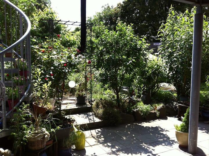 Kleine FeWo mit bezauberndem Garten, Stadtrand