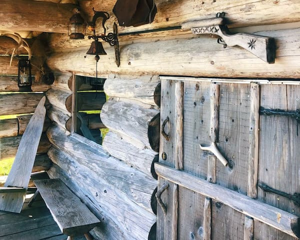 Authentic Log Cabin( Pet friendly)