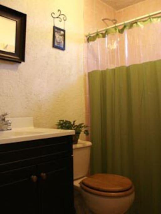 Bonito y cómodo baño