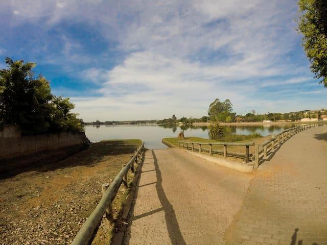 Vista do lago em frente