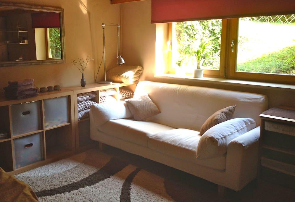 Ein gemütliches Sofa mit Nachmittagssonne