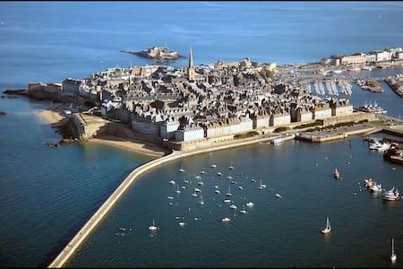 SAINT MALO  LA CITE CORSAIRE - St-Malo