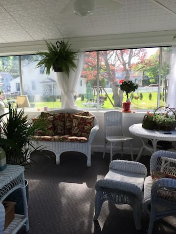Private Sunroom located in cozy cove neighborhood - Swansea - House
