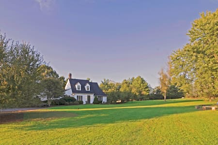 Find a Tranquil Place to Land on Country Lane - Charlottesville - Ev