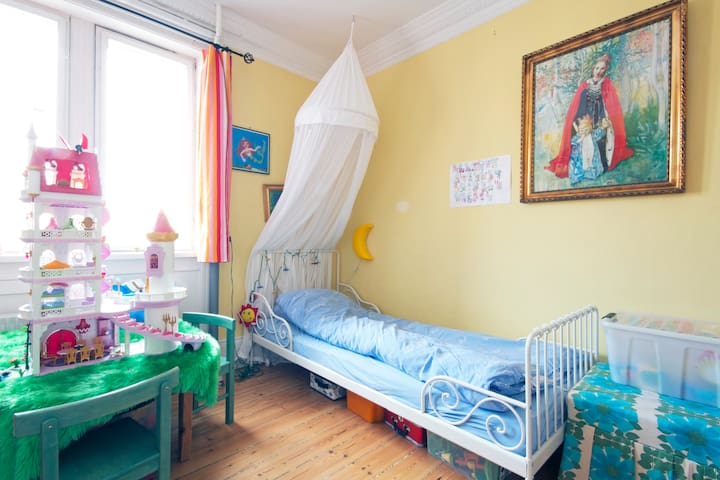 Princess room, adult size single bed. Very comfortable.