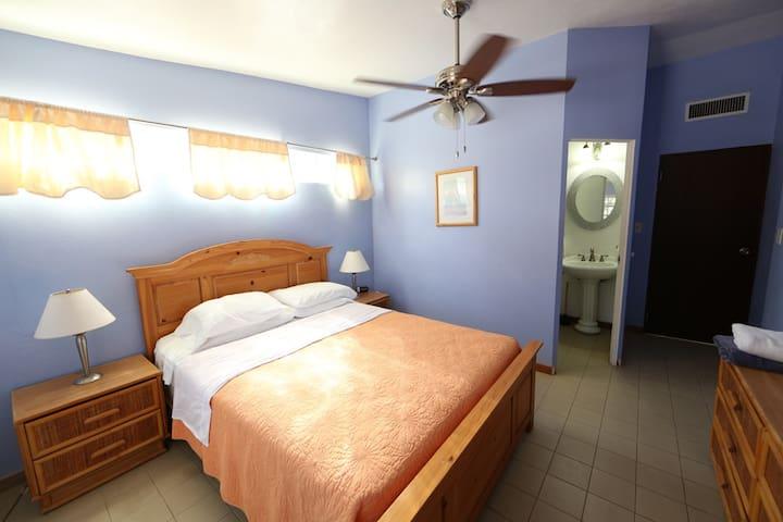 Queen size bedroom with en-suite bath