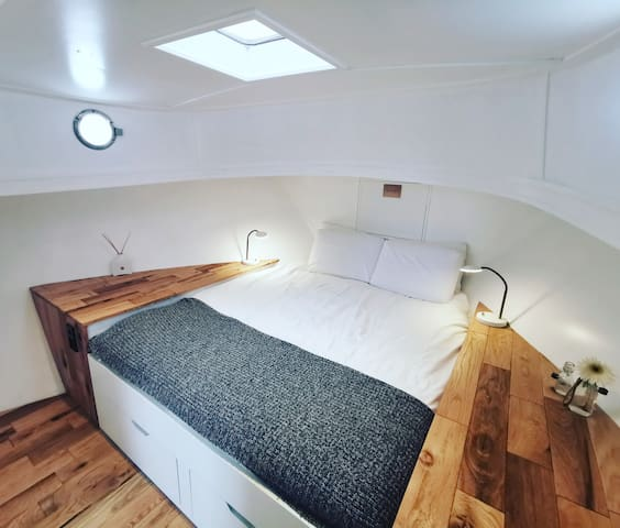 De witte kamer, met dakraam