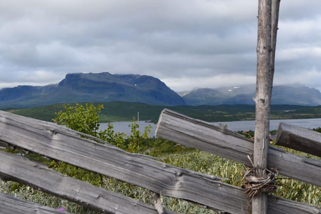 Kort veg til høgfjellet, 1000 m.o.h.,  med tur- og sykkelstier. Gode fiskemuligheter.
