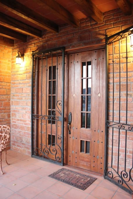 ENTRADA PRINCIPAL DE LA CASA }------{  FRONT DOOR