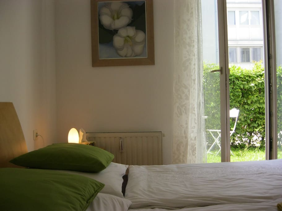 Guestroom in summer with king size bed (180x200 cm)