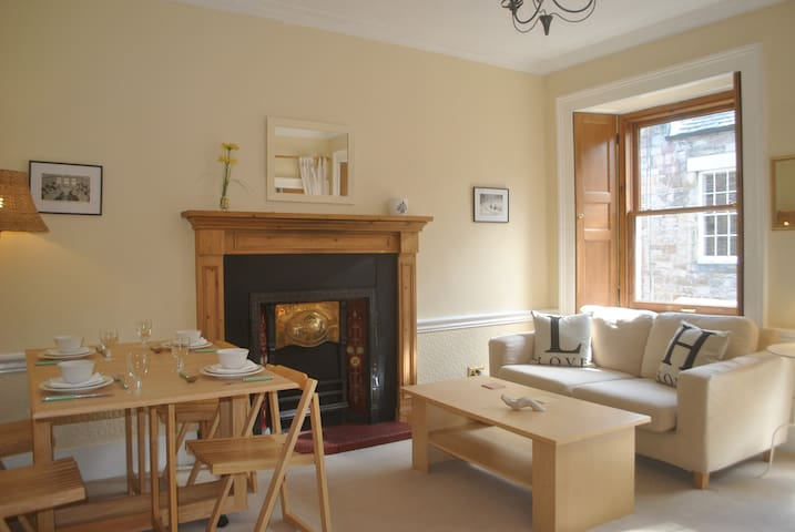 Central 2 Bed Apt, next to Princes St & The Castle