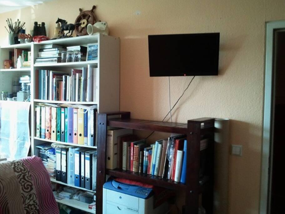 Der TV an der Wand lässt sich  herumdrehen -