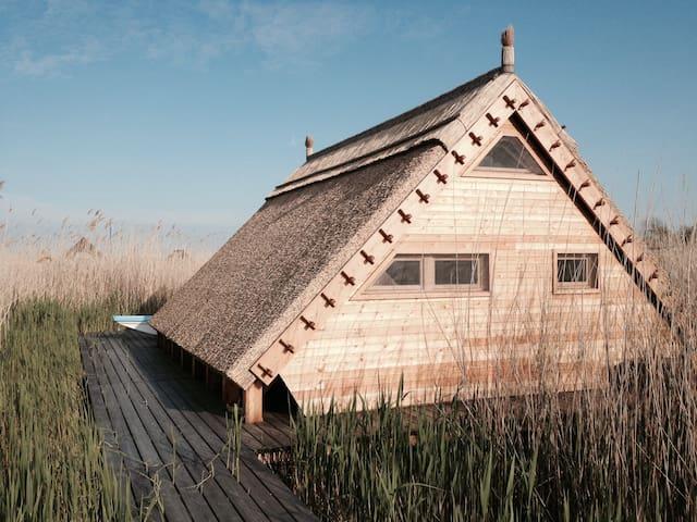 Pfahlbau Neusiedlersee - einzige Hütte mit E-Boot