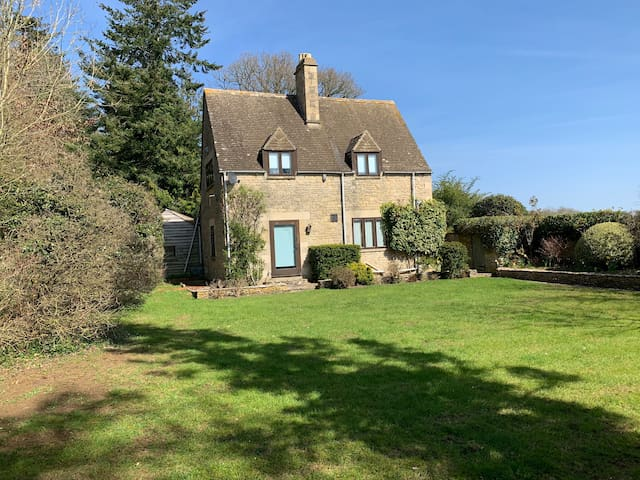 HEATHFIELD COTTAGE- A LITTLE GEM IN THE COTSWOLDS