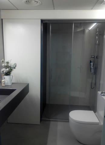 Baño equipado con lavadora