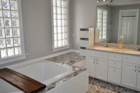 Beautiful suite in a great neighborhood! - Milwaukee - Gästesuite