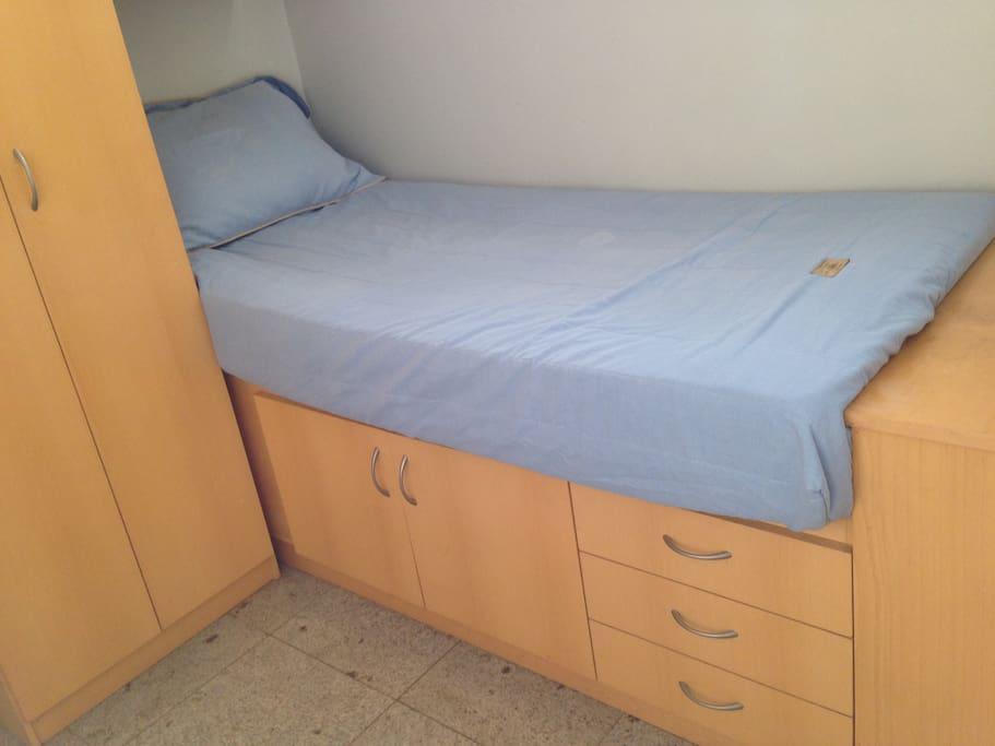 Small Suite - Cama e Gavetas