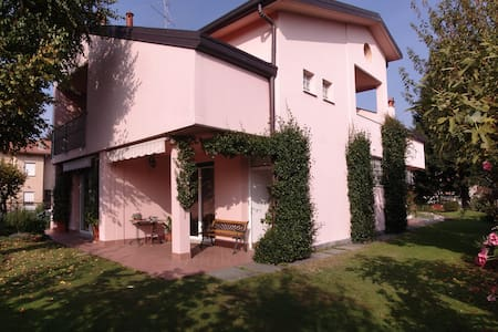 Wide and Clean Family apartment - Luisago - Bed & Breakfast