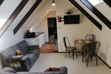 AIRPORT 11KM. CHRISTCHURCH CITY 4KM.COSY APARTMENT