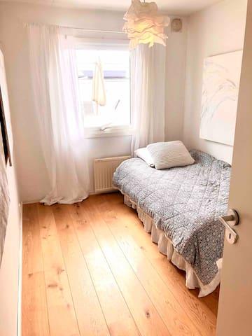 Rum mot altanen  med 105 cm bred säng .