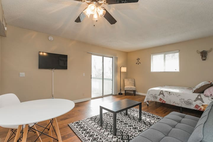 Cozy Flat! 2 miles to Dtown! Parking! POOL!