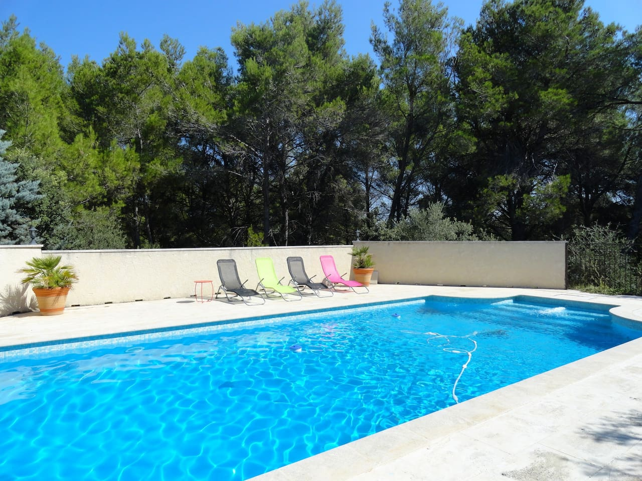 Shared swimming pool with the beautiful Alpilles as a backdrop.