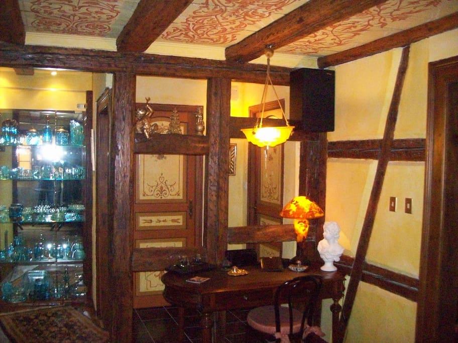 Salon avec plafond bois polychrome