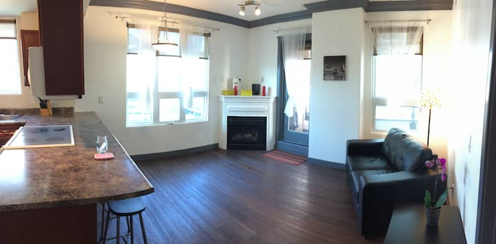 Bright Corner Unit Downtown, Minutes to Whyte Ave!