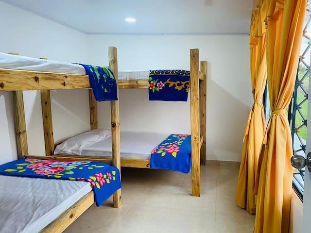 Habitación 1 cuenta con 2 camarotes de 1.20 esta esta habitación cuenta con baño completo dentro del la casa de huéspedes.