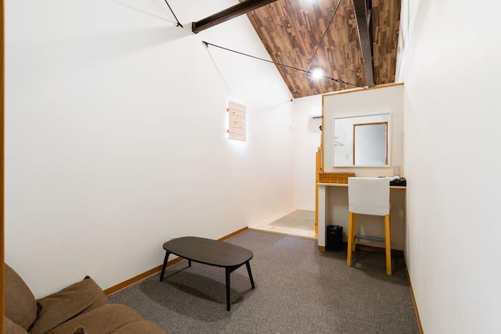 由木製手工製成的雙人床房 206