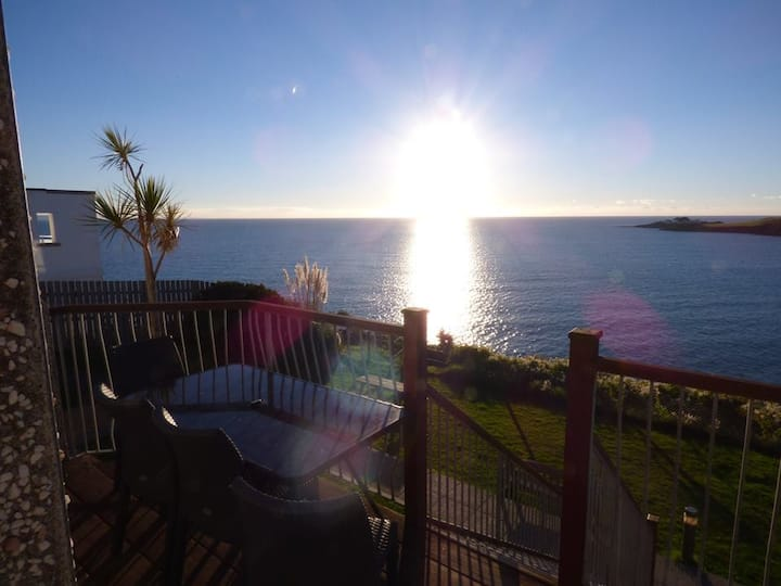 Treloen Holiday Apartment 2 with wow sea views